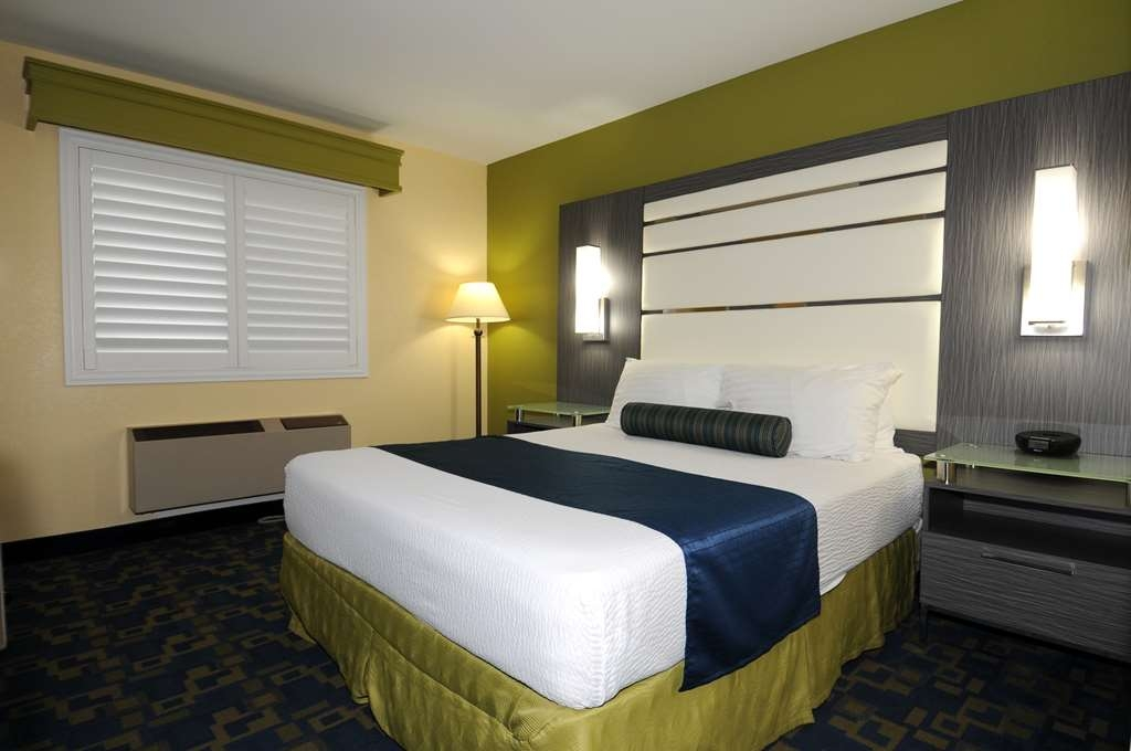 Best Western Antelope Inn & Suites - ADA Mobility Accessible queen room roll-in shower
