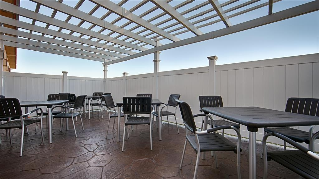Best Western Antelope Inn & Suites - Enjoy the fresh air in the morning over breakfast in our covered patio area.