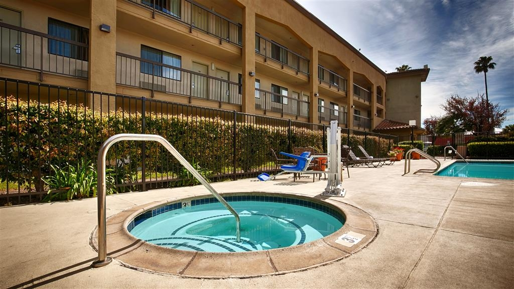 Best Western Plus Pleasanton Inn - Take a well-deserved break in our relaxing hot tub.