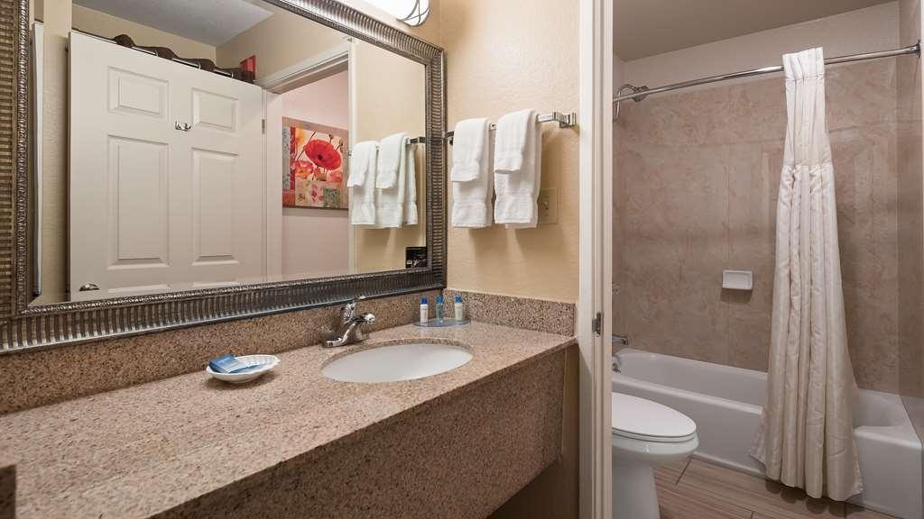 Best Western Plus Pleasanton Inn - Guest Bathroom