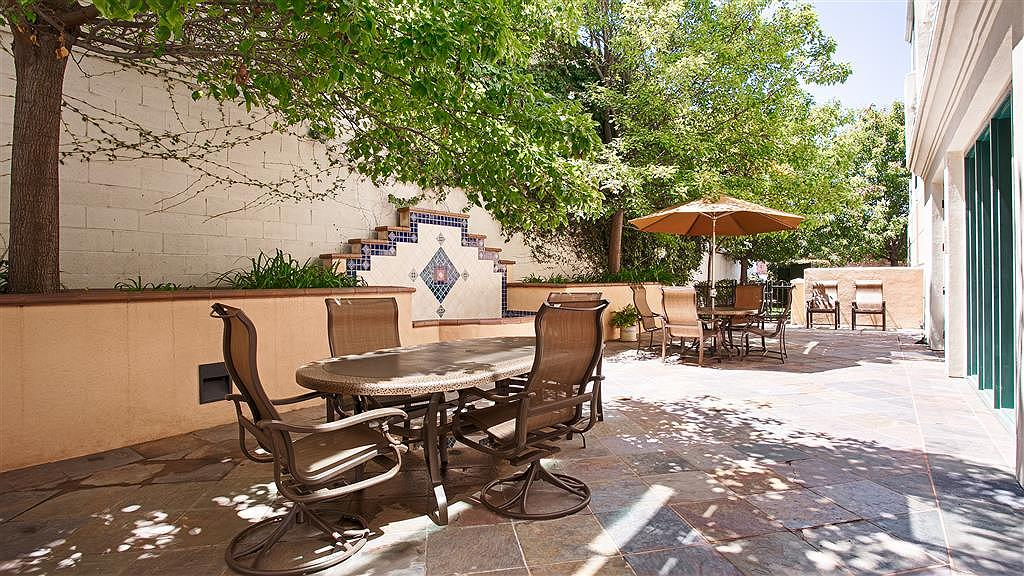 Best Western Coyote Point Inn - Enjoy a moment to yourself in our outdoor seating area, a great place to read a book or catch up with friends.