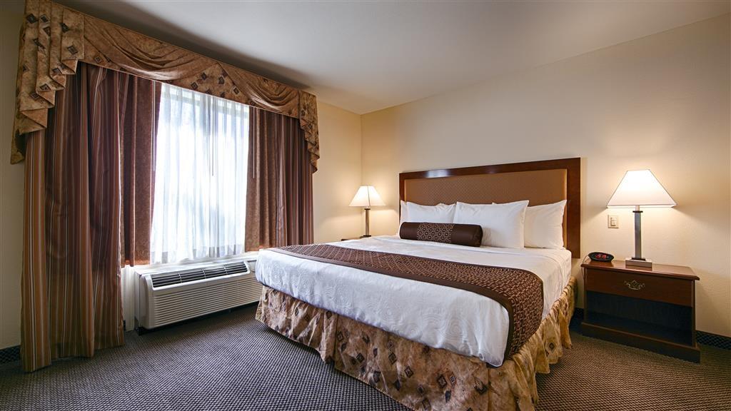 Best Western Coyote Point Inn - Métase en su cómoda cama y disfrute de su programa preferido de televisión en nuestra habitación con cama de matrimonio extragrande.