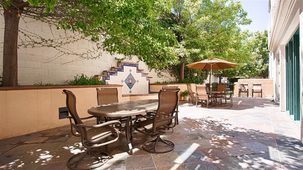Best Western Coyote Point Inn - Facciata dell'albergo