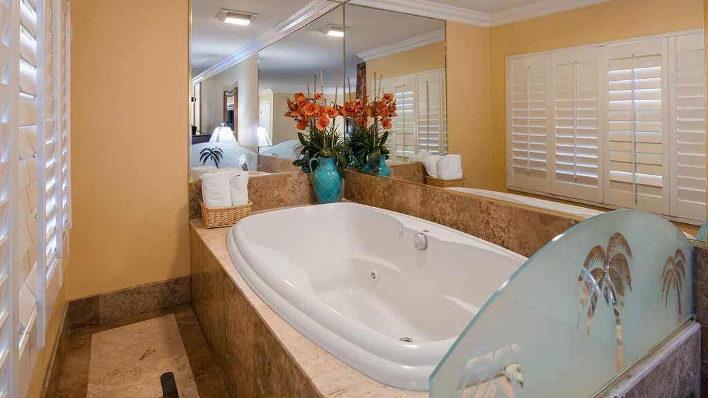 Best Western Harbour Inn & Suites - King Bed with Jacuzzi, Harbor View, and Balcony.