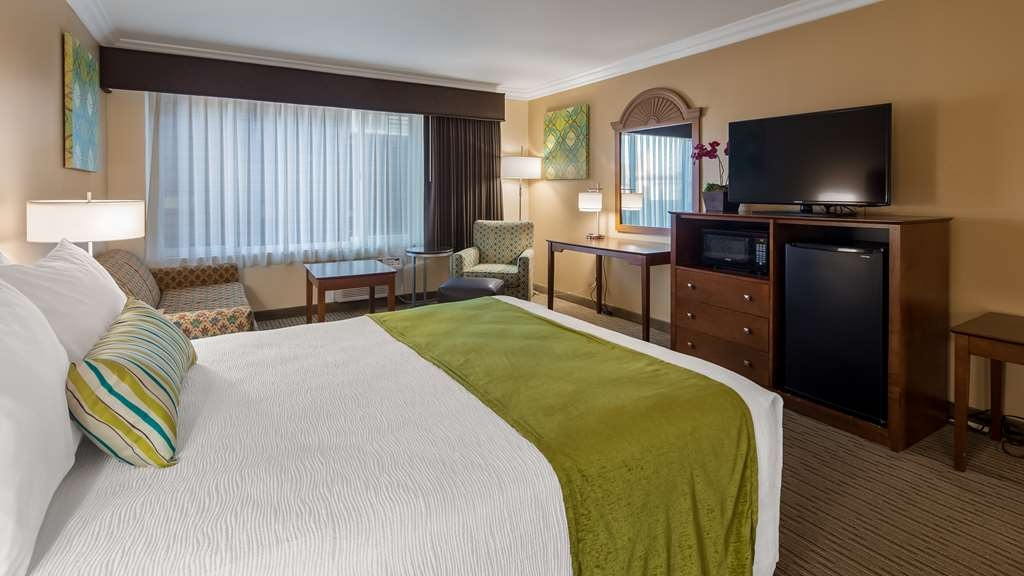 Best Western Harbour Inn & Suites - Accessible Queen Room with sitting area.