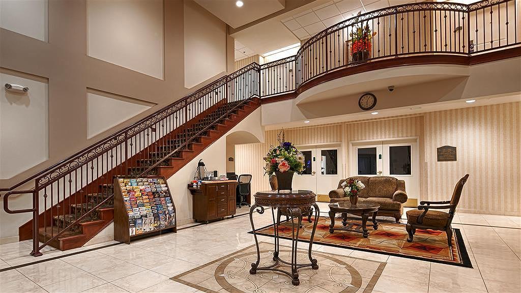 Best Western Plus Lake Elsinore Inn & Suites - Vista del vestíbulo