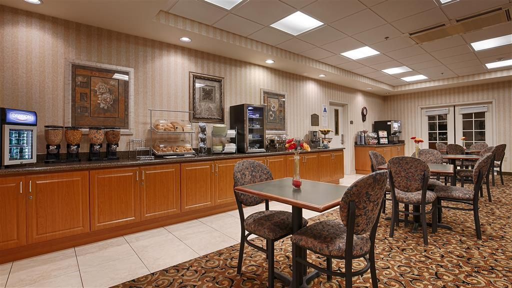 Best Western Plus Lake Elsinore Inn & Suites - Le petit déjeuner buffet
