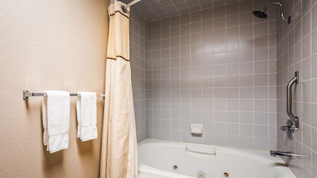 Best Western Plus Forest Park Inn - Guest Bathroom