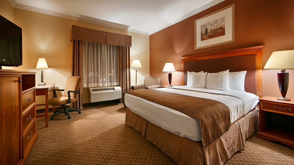 Best Western Joshua Tree Hotel & Suites - At the end of a long day, relax in our clean, fresh king guest room.