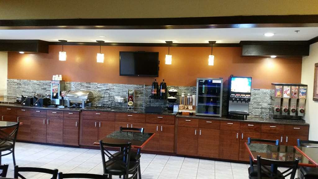 Best Western Plus Twin View Inn & Suites - We offer a full complimentary breakfast of waffles, pastries, fresh fruit, yogurt, cereal and much more.