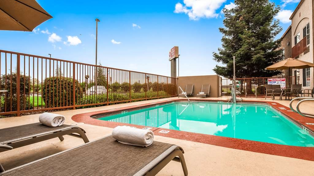 Best Western Plus Twin View Inn & Suites - Stay in shape by swimming laps, cool off with a refreshing dip, or just splash around in our outdoor pool.