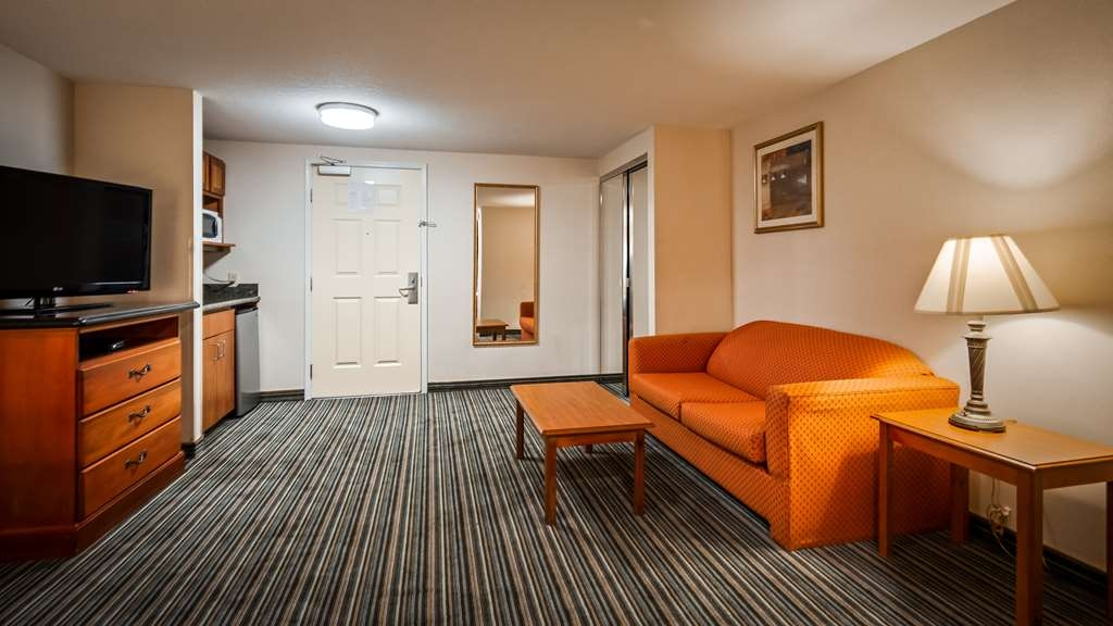 Best Western Plus Twin View Inn & Suites - Spend some time after a hectic day in the living room featured in our Family Suite.