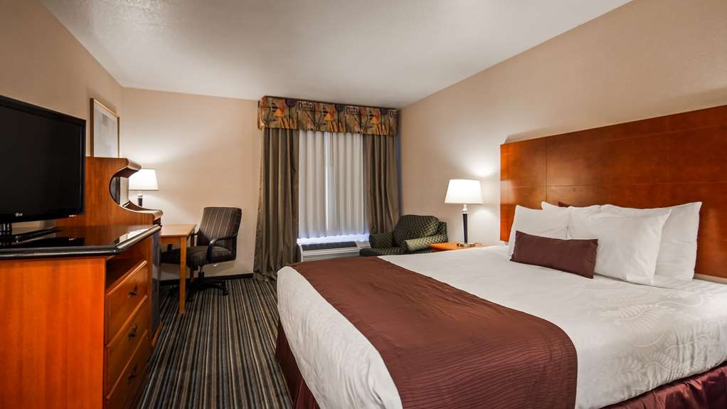 Best Western Plus Twin View Inn & Suites - Sleep the night away in our king guest room, equipped with a work desk and lounging chair for your comfort.