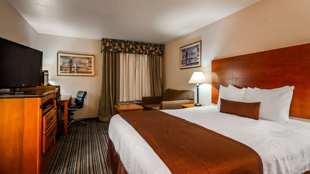 Best Western Plus Twin View Inn & Suites - We've designed our king guest rooms with your comfort in mind. Equipped with a work desk and Love seat for your comfort.