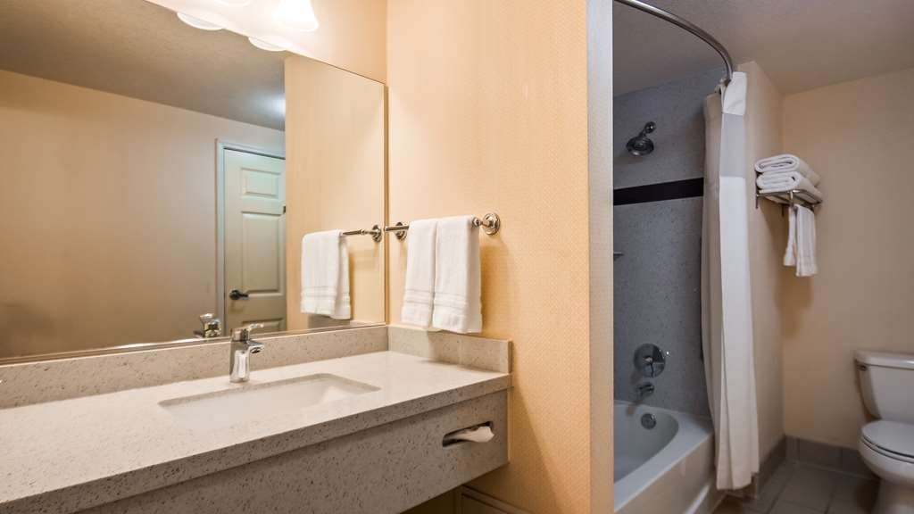 Best Western Plus Twin View Inn & Suites - You deserve a long soak in our relaxing jetted tub after a long day of work and play.