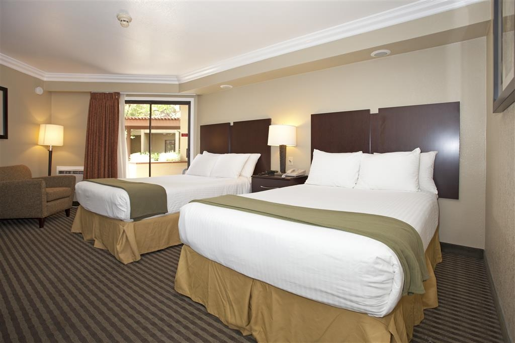 Best Western Plus Wine Country Inn & Suites - If you're traveling with your family or group of friends, opt for our 2 double bed suite.