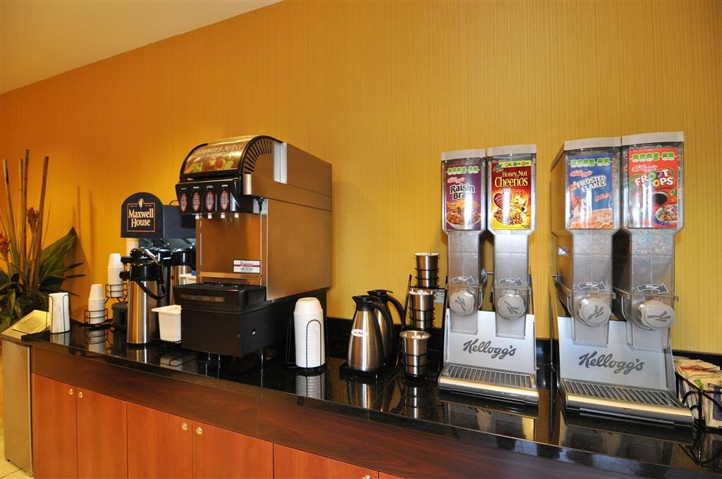 Best Western Plus Fresno Inn - Choose from hot eggs, breakfast meat, fruit, cereal and more.