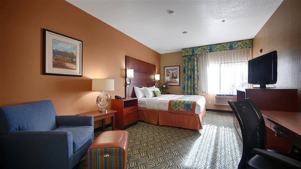 Best Western Plus Fresno Inn - Enjoy a romantic getaway by treating yourself to a stay in our king guest room.