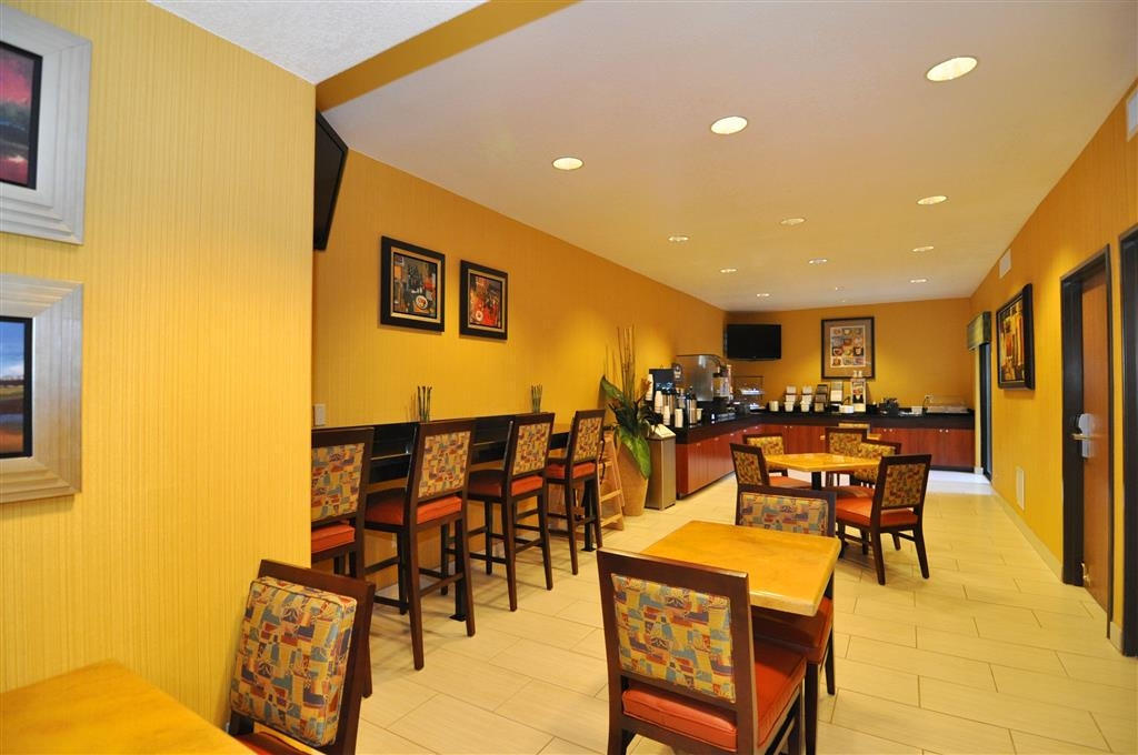 Best Western Plus Fresno Inn - Sit down and enjoy the morning news while sipping a delicious cup of coffee.