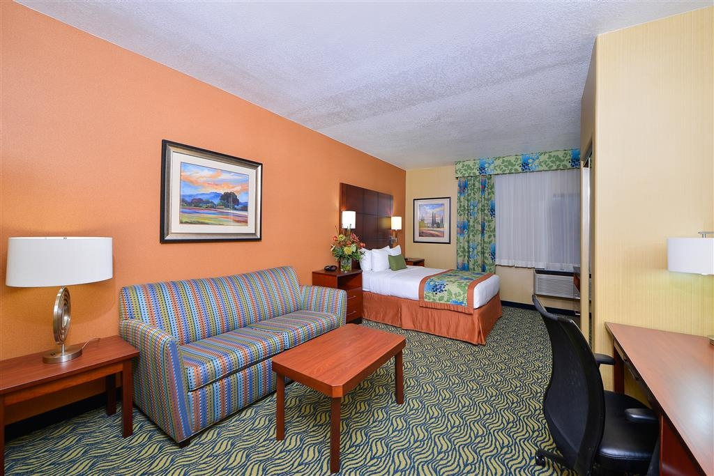 Best Western Plus Fresno Inn - Our spacious mobility accessible room offers free Wi-Fi access and breakfast in the morning.