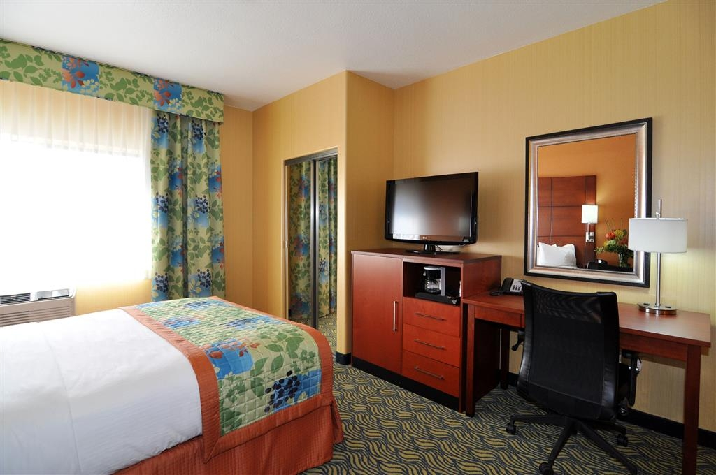 Best Western Plus Fresno Inn - Our non-smoking queen guest room features a refrigerator and microwave for your snacking needs.