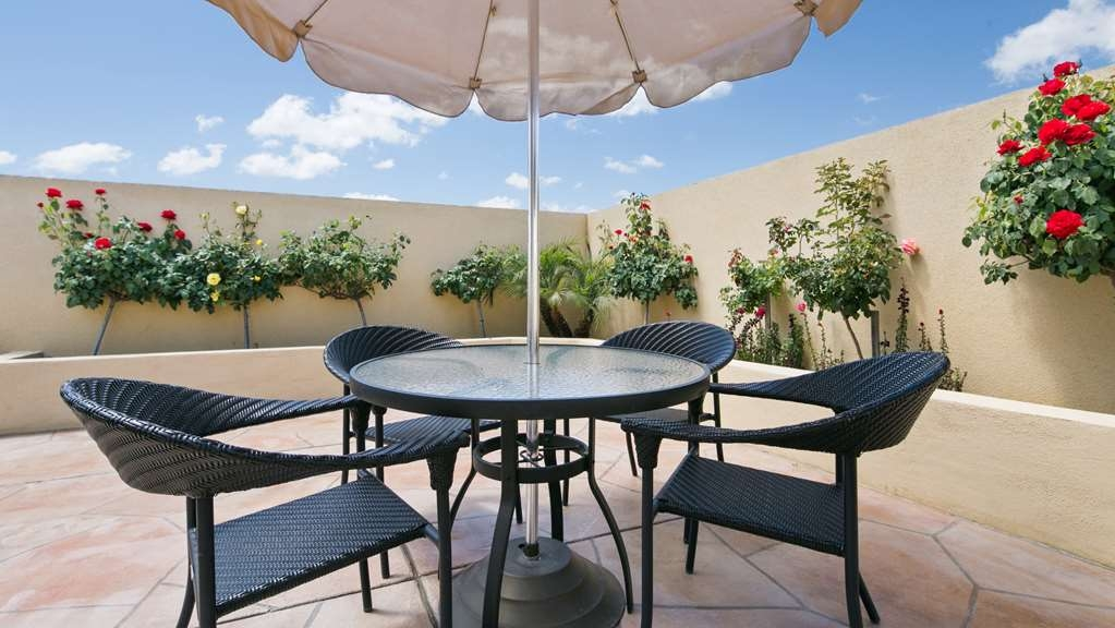 Best Western Plus Wasco Inn & Suites - Pool Sitting Area