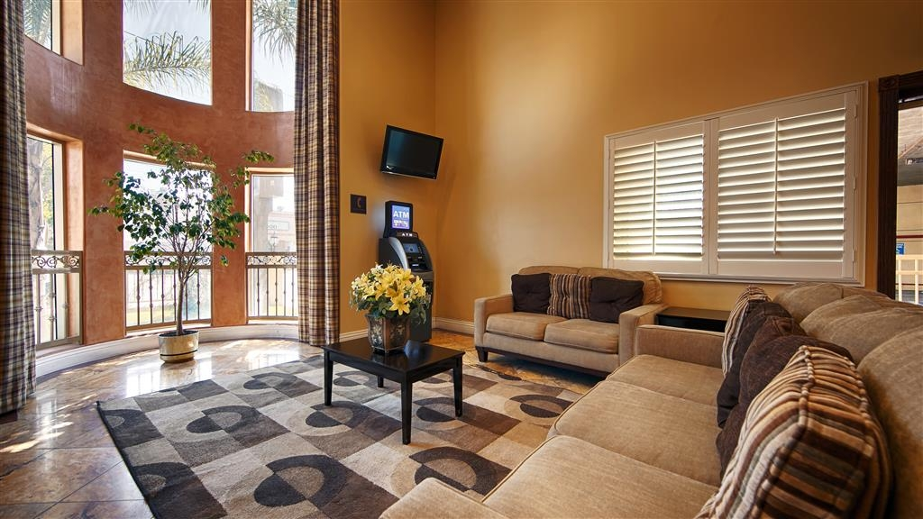 Best Western Burbank Airport Inn - First impressions are the most important, and our chic lobby is no exception to that rule.