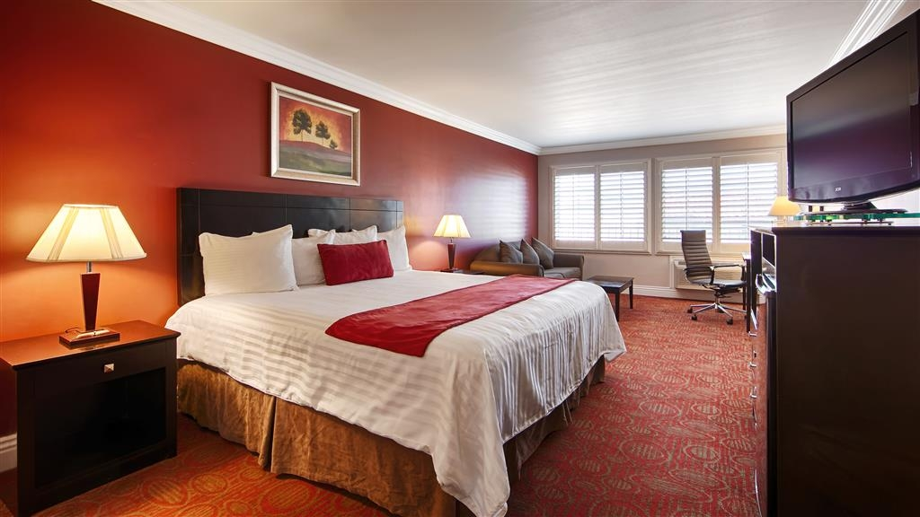 Best Western Burbank Airport Inn - Stretch out and relax in the king suite which includes several amenities like a sofa bed.
