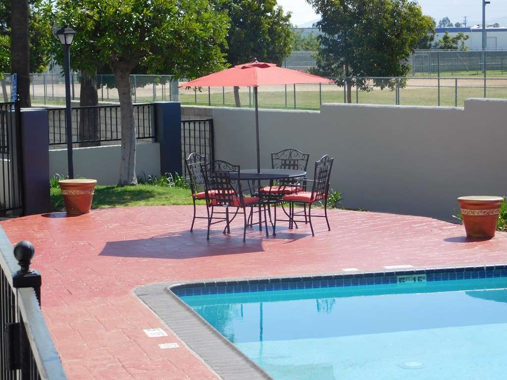 Best Western Plus Anaheim Orange County Hotel - Swimming Pool Seating area