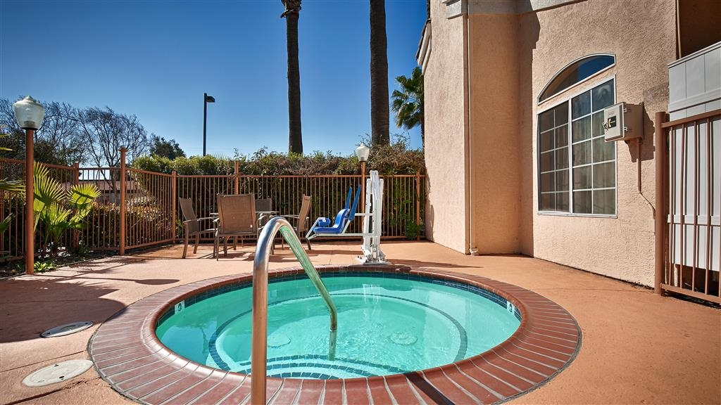 Best Western Palm Court Inn - Chilly outside? Enjoy the warmth and relaxation of our outdoor hot tub.