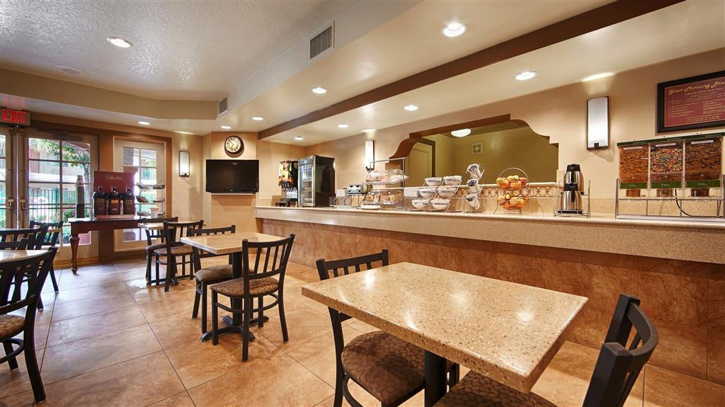 Best Western San Dimas Hotel & Suites - Bright and cheerful breakfast area where a complimentary cooked to order breakfast is made special for you.