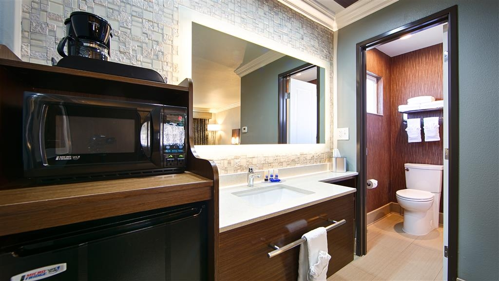 Best Western University Inn Santa Clara - Enjoy getting ready for a day of adventure in this fully equipped guest bathroom.