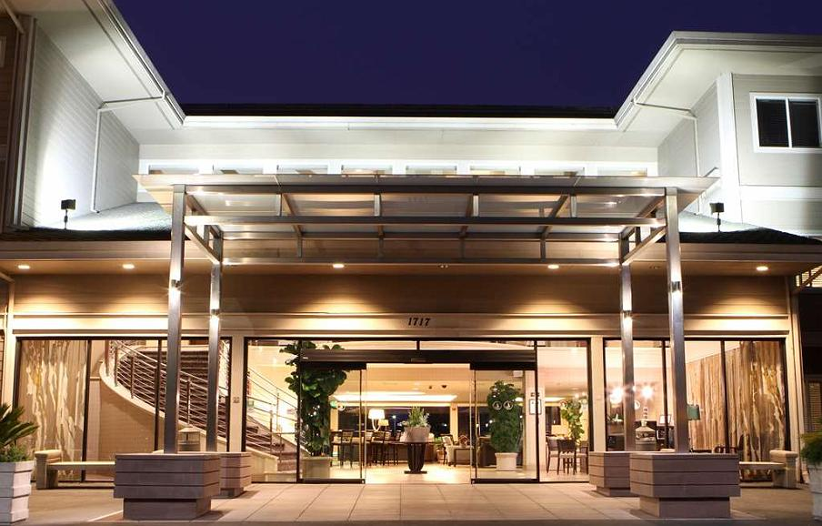 Best Western Plus Bayside Hotel - Enter into a whole new world. Our entrance is just the beginning of your wonderful experience and stay with us.