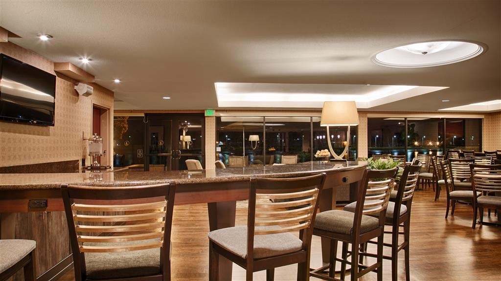 Best Western Plus Bayside Hotel - Our lounge area has plenty of seats and tables for you to enjoy your breakfast.