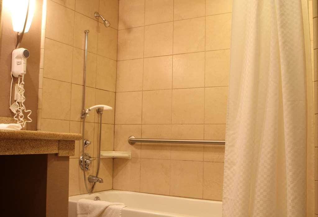 Best Western Plus Bayside Hotel - Guest Room with Mobility Accessible Tub
