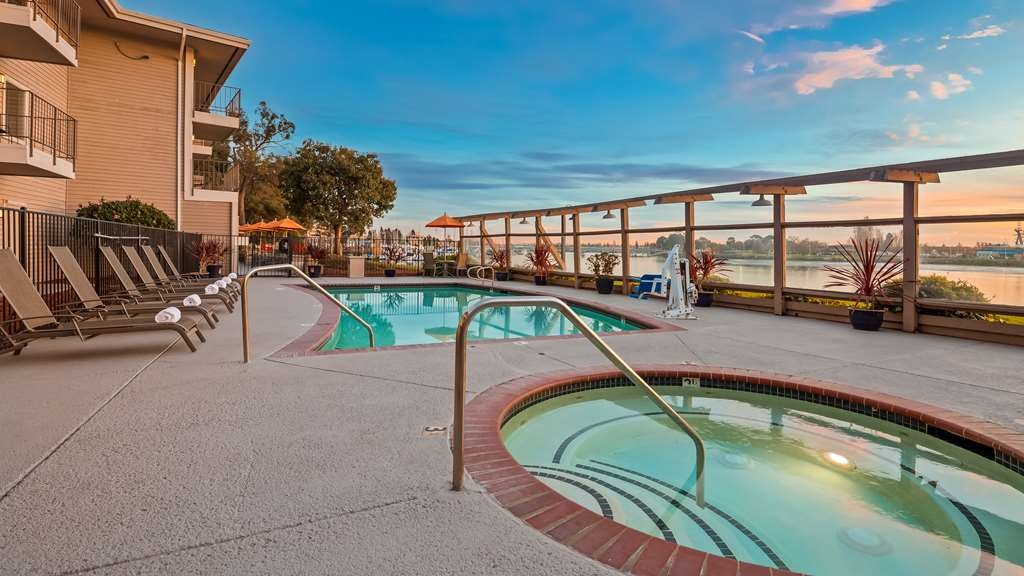 Best Western Plus Bayside Hotel - Whether you want to relax poolside or take a dip, our outdoor pool area is the perfect place to unwind.