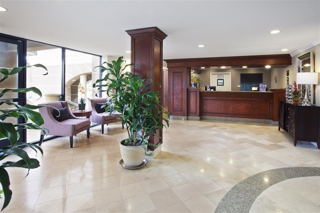 Best Western Plus Marina Shores Hotel - All guests are greeted warmly by our friendly staff in our richly decorated lobby.