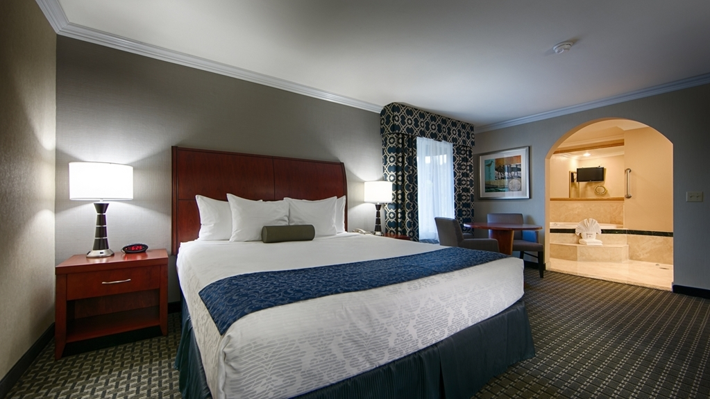 Best Western Plus Marina Shores Hotel - At the end of a long day, relax in our clean, fresh king whirlpool suite.