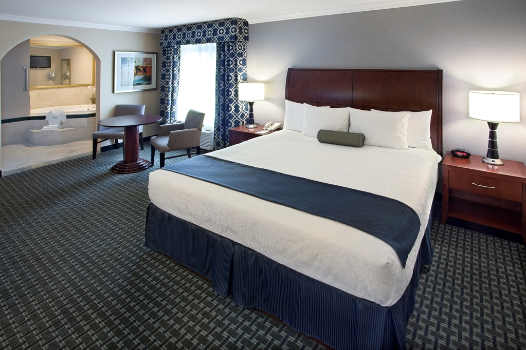 Best Western Plus Marina Shores Hotel - Relax in one of our king suites that includes a whirlpool large enough for two to share.