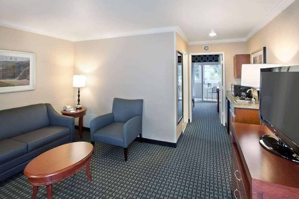 Best Western Plus Marina Shores Hotel - Suite Living Room