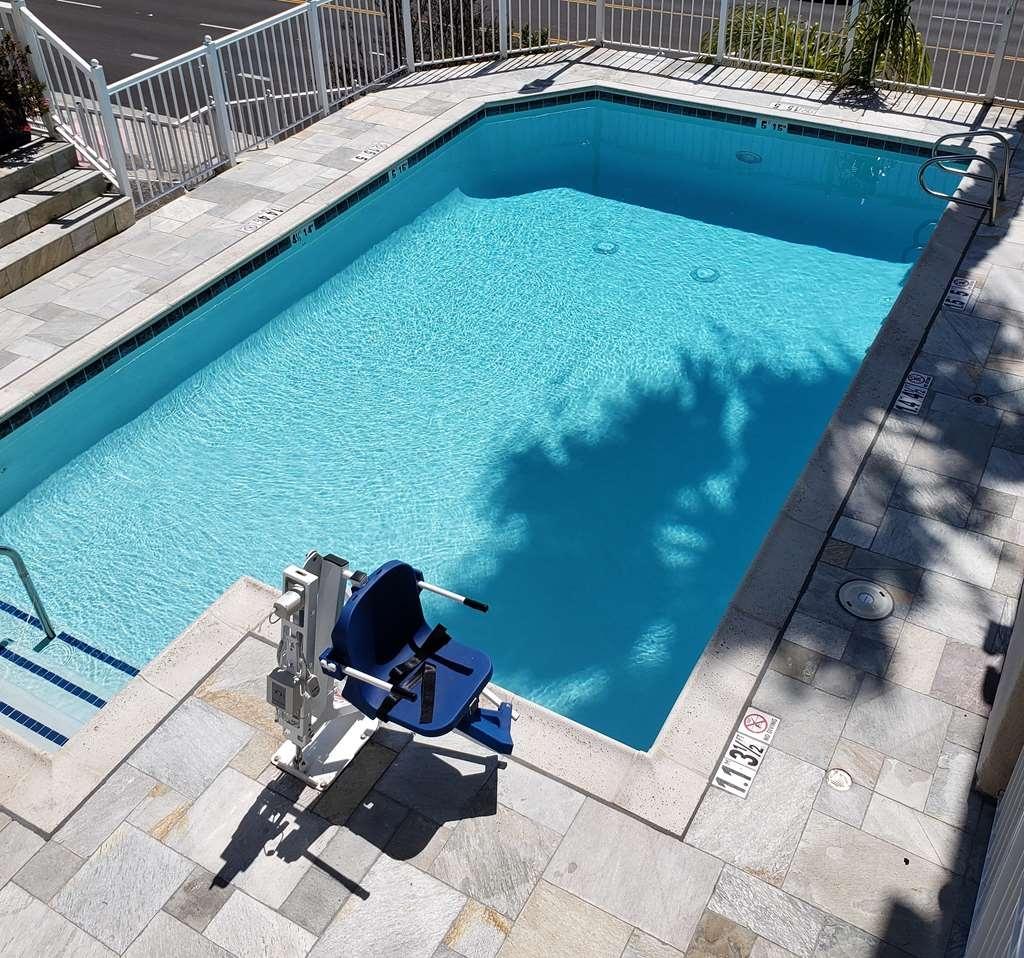 Best Western Plus Marina Shores Hotel - Vista de la piscina