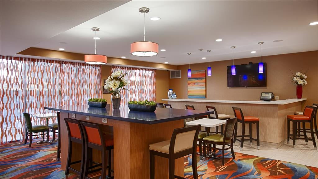 Best Western Plus Fresno Airport Hotel - Whether it's sitting at our full bar or eating complimentary breakfast in the mornings, our lounge has a variety of seating options for you and your guests.