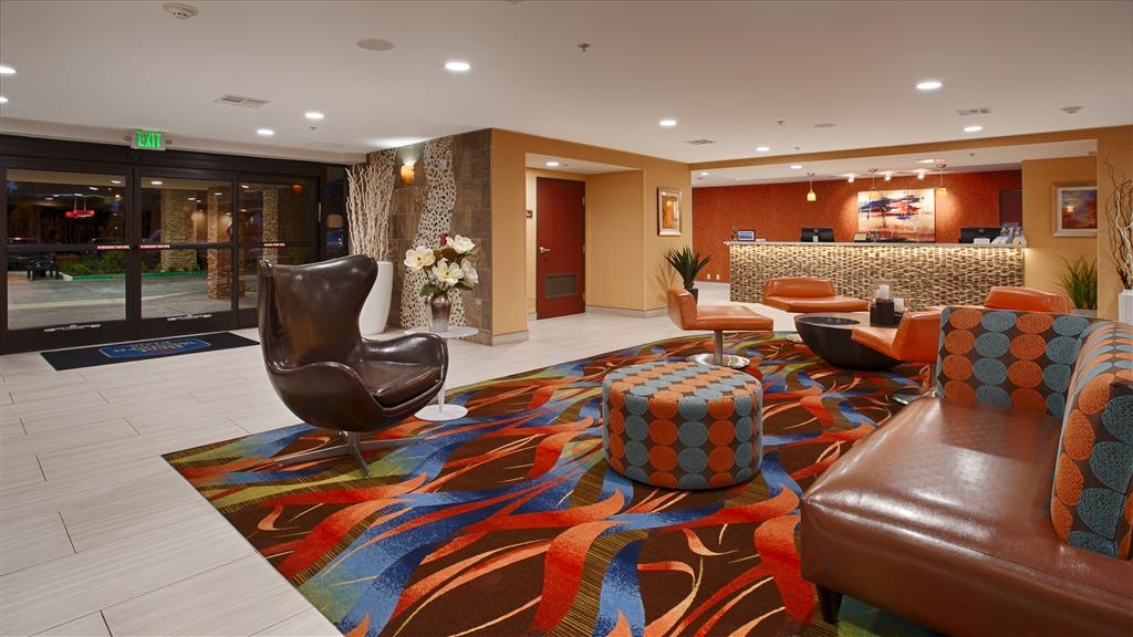 Best Western Plus Fresno Airport Hotel - From the moment you walk in, you will enjoy our modern lobby with plush seating.