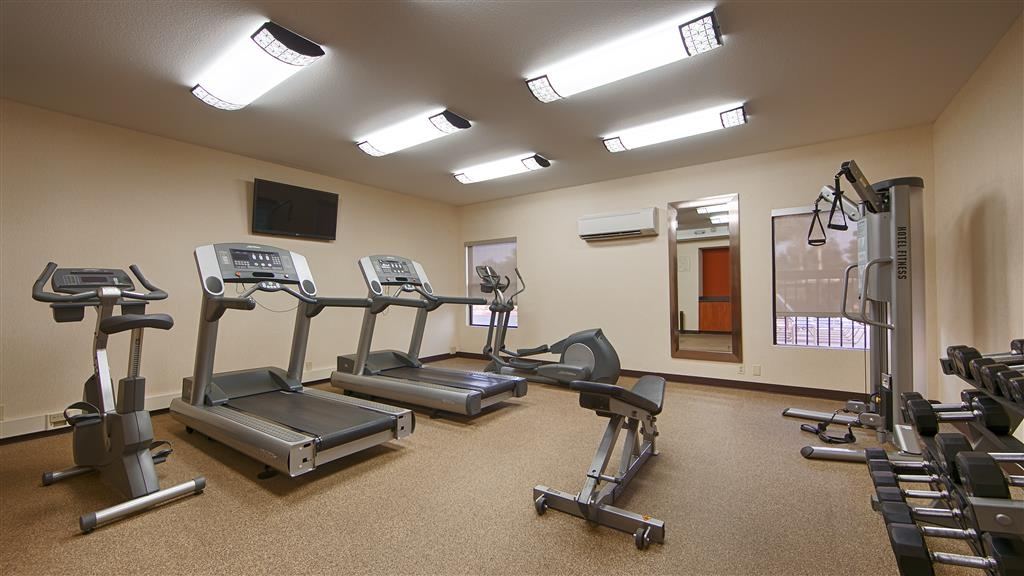 Best Western Plus Fresno Airport Hotel - Watch your favorite show while working out on our treadmills or while you lift weights in our 24-hour fitness center.