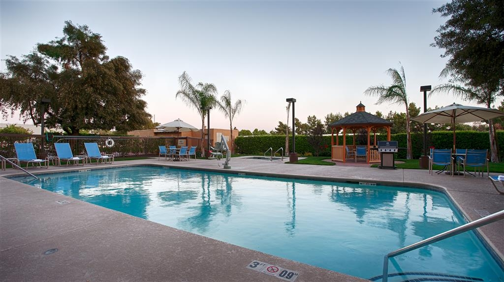Best Western Plus Fresno Airport Hotel - Enjoy the California weather while relaxing in our outdoor pool area equipped with a BBQ grill and gazebo.