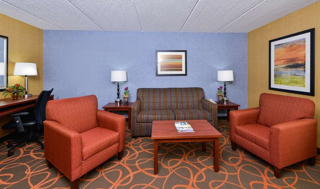 Best Western Plus Fresno Airport Hotel - This suite meets your every need, offering a separate living area and a bedroom with two queen size beds.