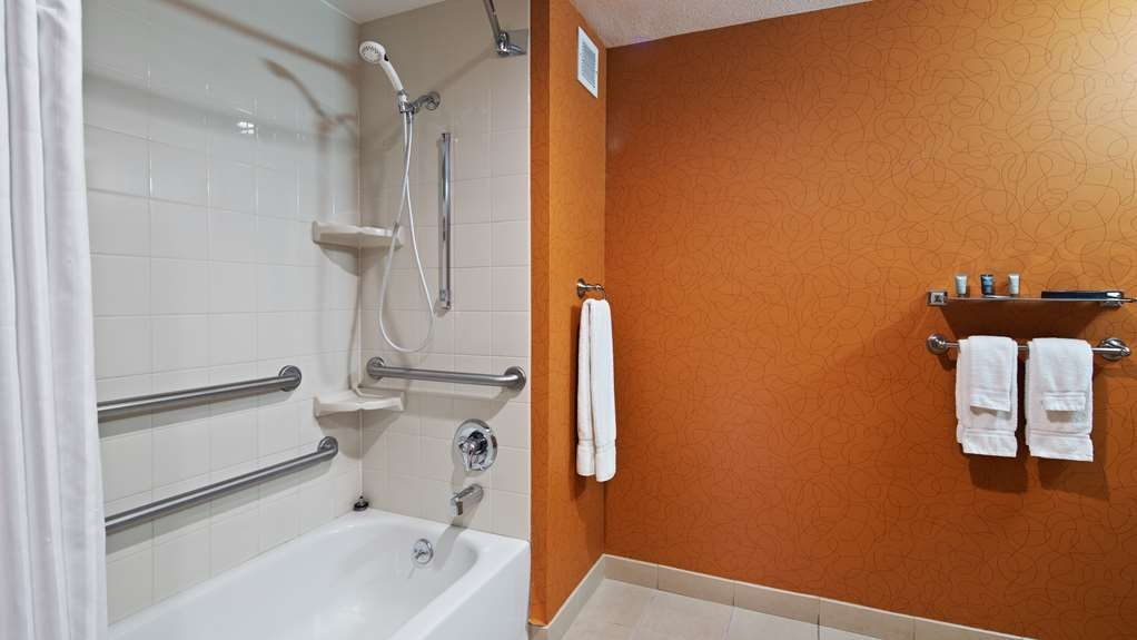 Best Western Plus Fresno Airport Hotel - Bathroom