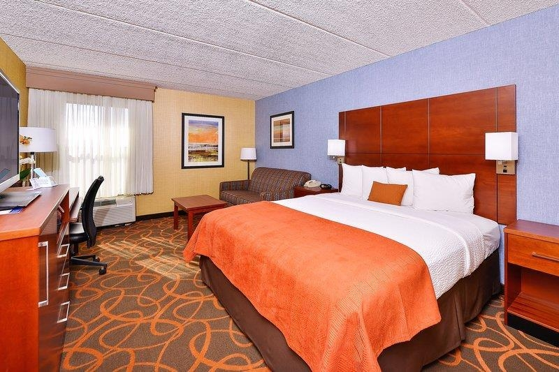 Best Western Plus Fresno Airport Hotel - Our spacious one king bed rooms are executive style so you can comfortably work and also unwind.