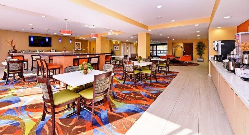 Best Western Plus Fresno Airport Hotel - Meet up with friends and colleagues after hours and chill in our lounge.