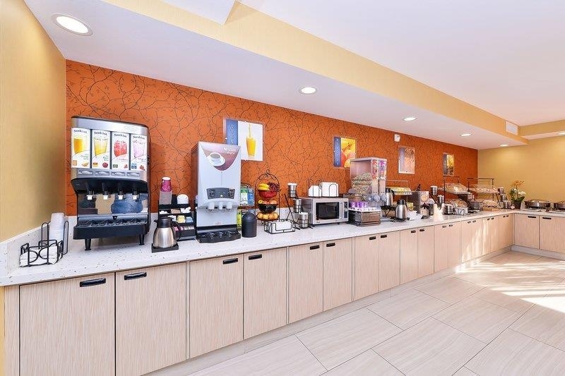Best Western Plus Fresno Airport Hotel - Start your mornings with our complimentary breakfast that features a variety of foods and drinks.
